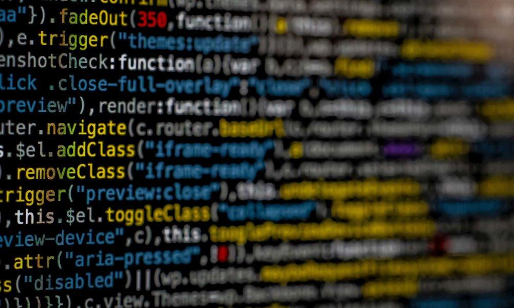 Komplexer Programmcode auf einem Computermonitor