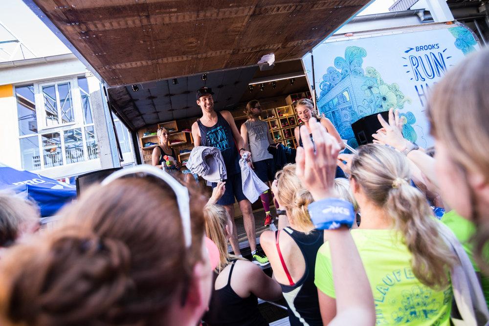 Auch 2017 gibts wieder die limitierten RUN HAPPY TOUR Shirts. 150 gibts jeden Tag geschenkt für die ersten 150 am Tourbus.