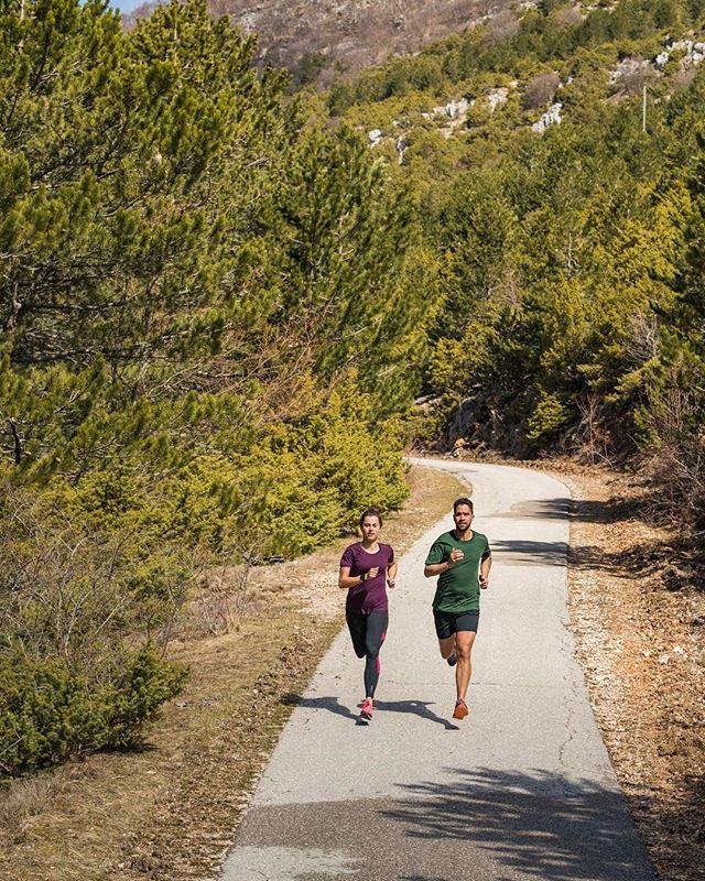 Hey Freunde des Laufsports! Was ist euer Lieblingsort zum Laufen? Erzählt es uns in den Kommentaren! 😊 #brooksrunningde #runhappy #brookslevitate2