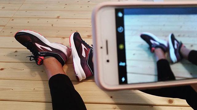 It's Selfietime 📸 Wir suchen das schönste Bild von euch mit euren Laufschuhen! Postet bis nächste Woche Mittwoch unter den Hashtags #brooksrunningde #runselfie  Wir freuen uns auf eure Bilder! #brooksrunningde #runhappy #brookslaunch5