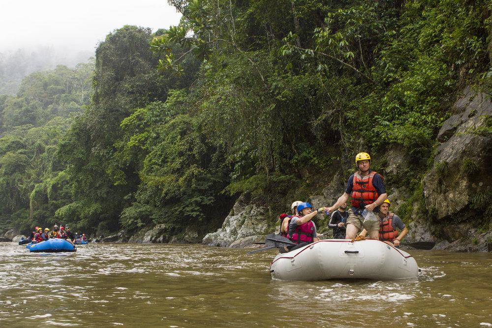 Wade Davis y companeros navegando el Rio Samana, Jules Domine.jpg
