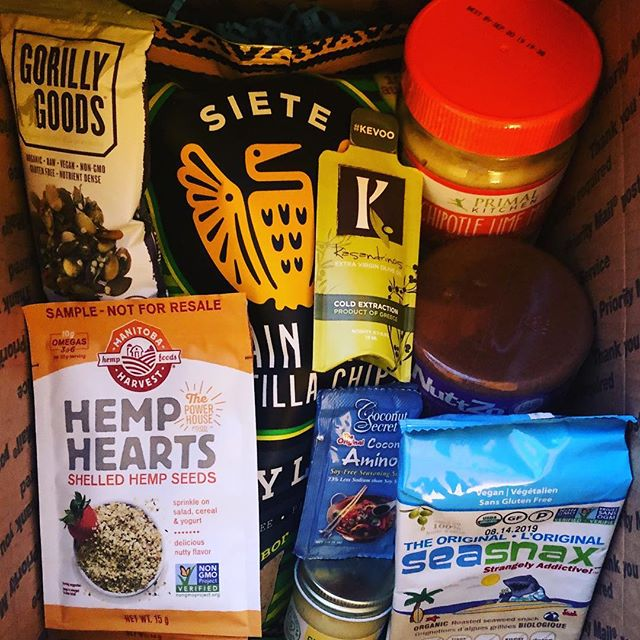 Gift box for my @21daysugardetox participants (including post detox foods). All brands I love, trust, and eat on the regular. Thank you @primalkitchenfoods @kasandrinos  @sietefoods  @eatnuttzo  @manitobaharvest @pureindianfoods  @seasnax  @gorillygoods  #21dsdcoach #eathealthy #cleaneating #autoimmune #anxietyrelief #hormonehelp #healthyfood #pantrystaples #paleoish #bloodsugar #eatrealfood
