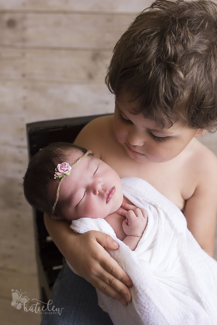 sibling pose newborn photography