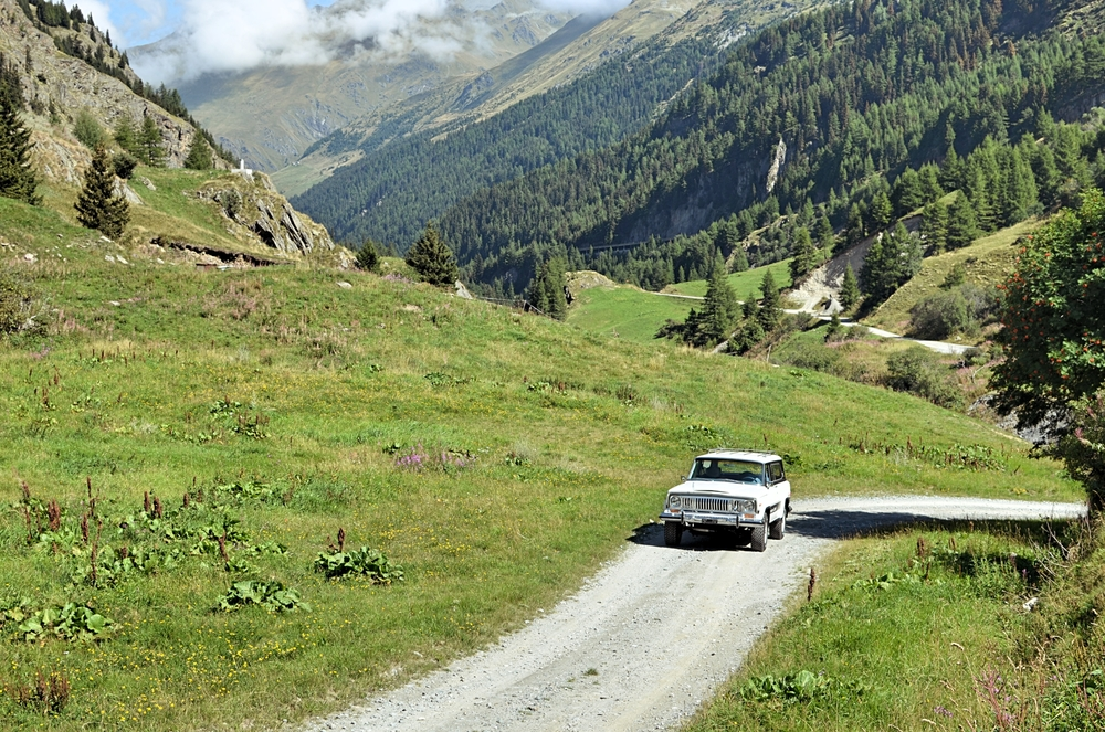 jeep-cherokee-in-the-mountain-swiss-1.jpg