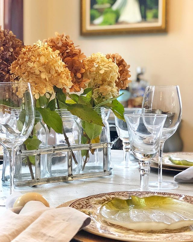 Thanksgiving prep 🦃🌾🍂 • • #thanksgiving #vietri #gofinding #lyraandjane #iamwellandgood #tablescape  #setitwithvietri #hydrangeas #dryflower #tablesetting