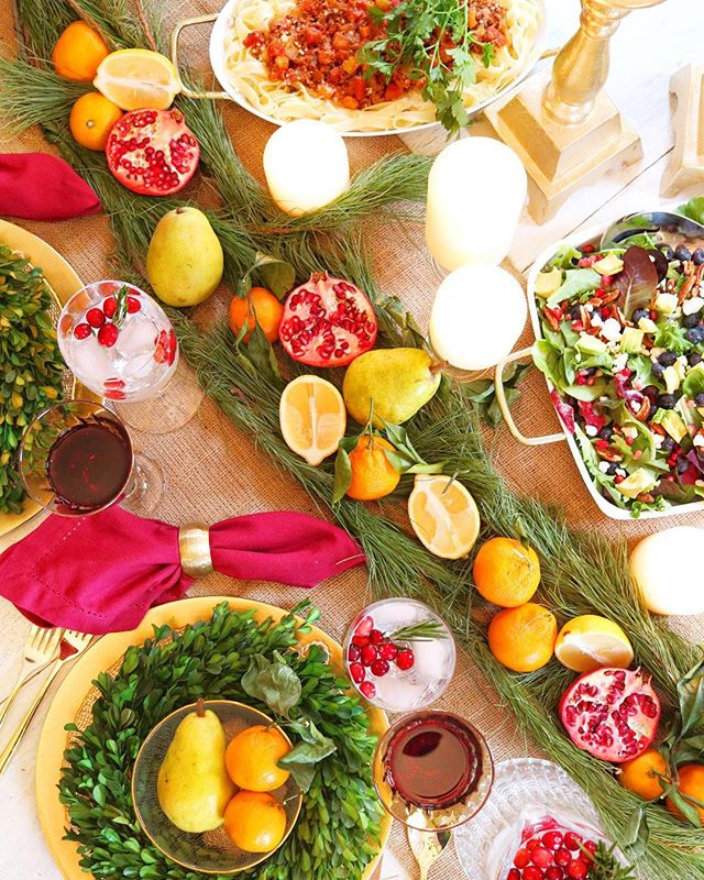 The colors of all the fruit make for a festive holiday table 🎄🍋🎅🏻🍒🍴🍊