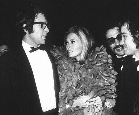 Warren Beatty accompanies feather-clad Faye Dunaway to the Golden Globe Awards in 1968.