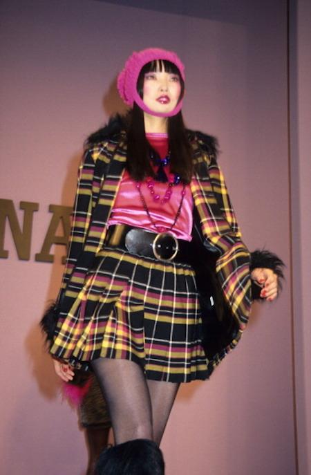 Irina Pantaeva walking Sui's f/w 1994 show.
