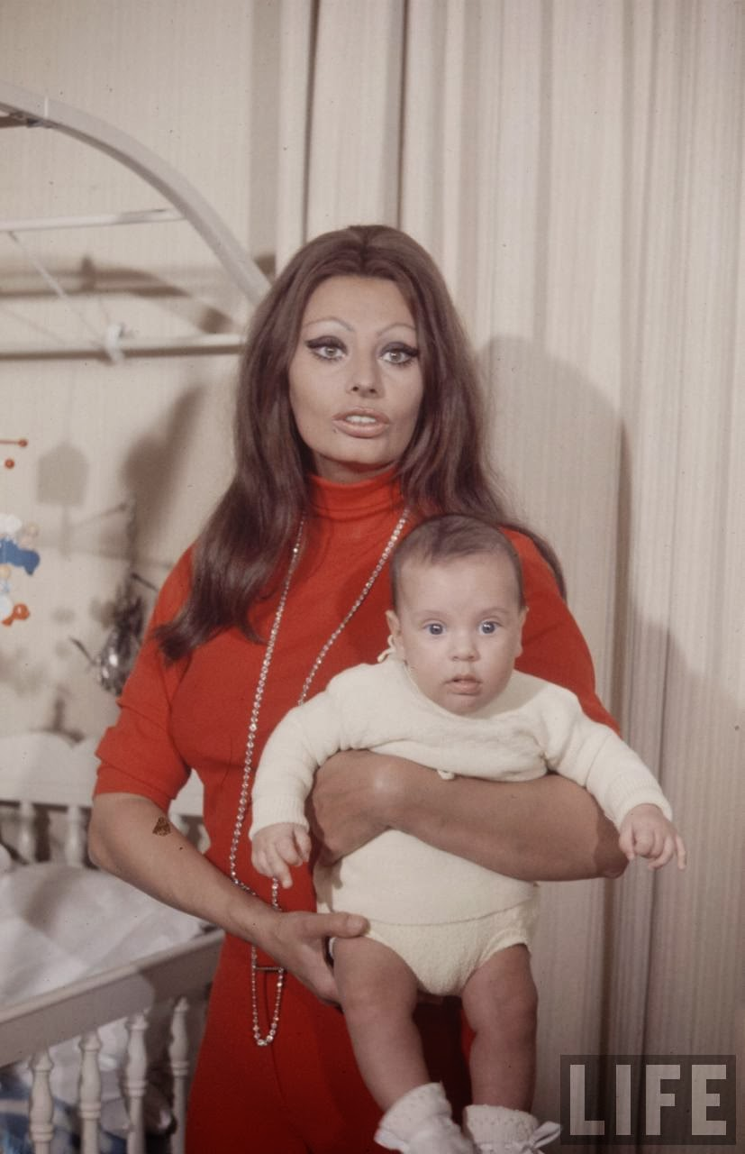 sophia loren and baby 1969 by alfred eisenstaedt ..jpg