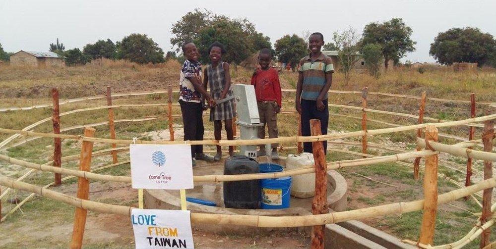 利潤50%回饋非洲潔淨水計畫,圖為成真在非洲尚比亞的第一口水井