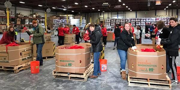 未來國家員工在美國阿拉米達郡的食物銀行擔任志工