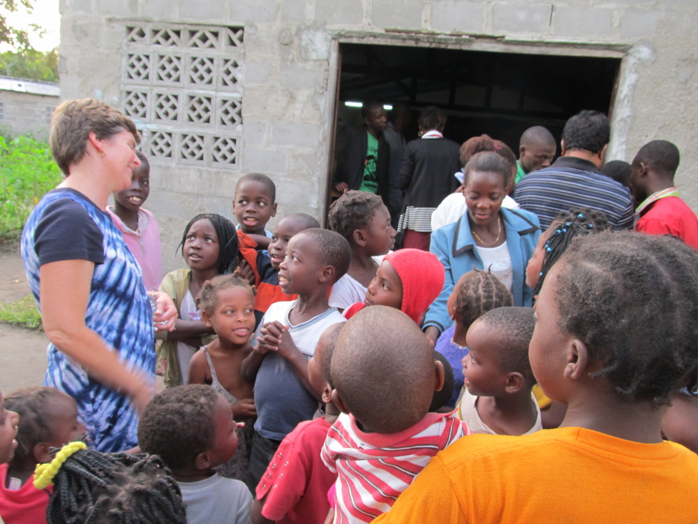 MOZAMBIQUE - Talking to the kids.JPG