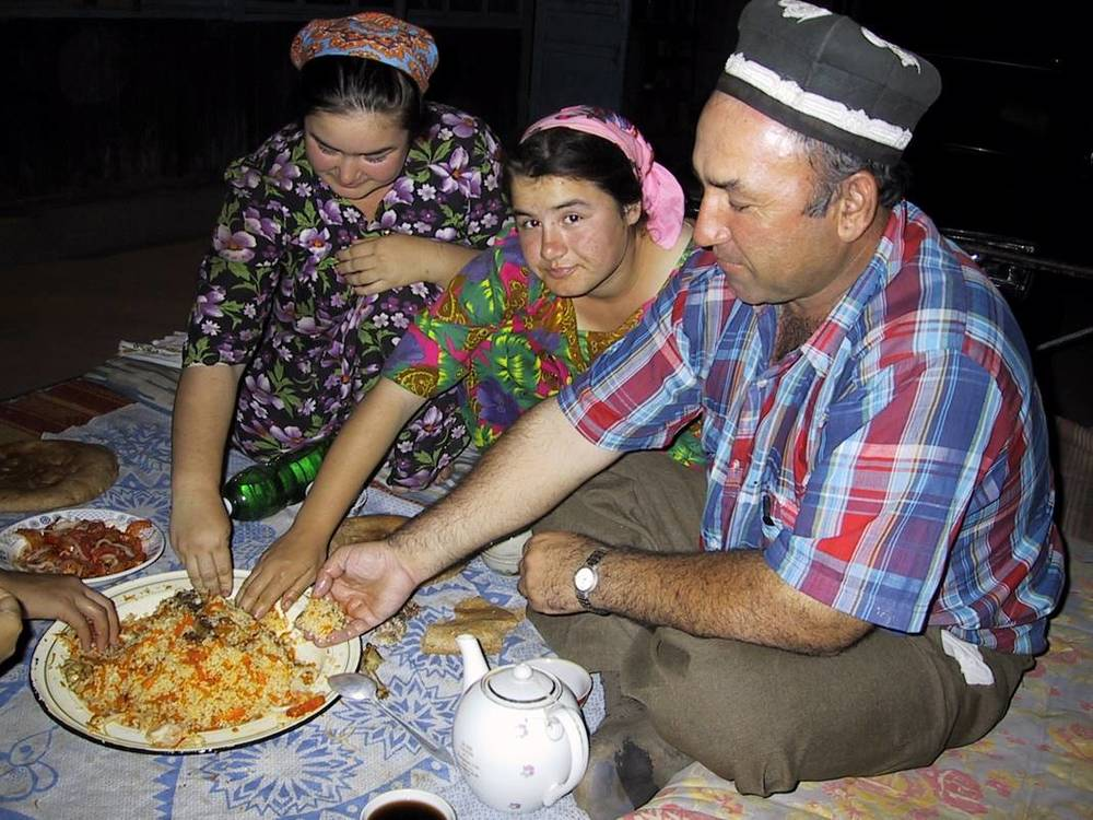 TAJIKISTAN people eating.jpg