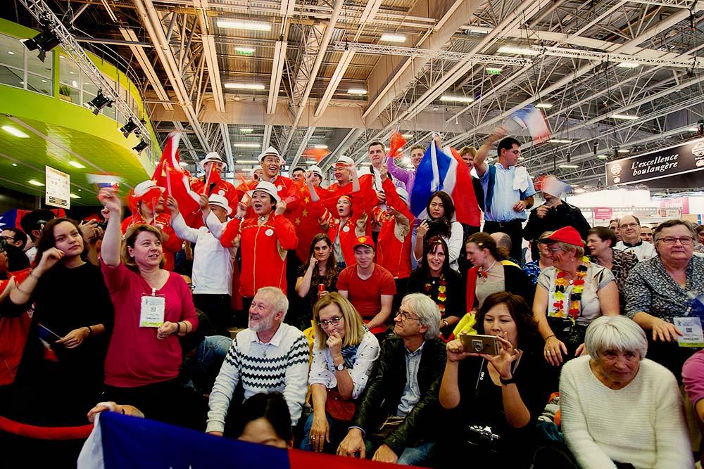 En attendant les résultats du concours, italiens, chinois, belges, français et canadiens se relayaient pour mettre l'ambiance dans les tribunes