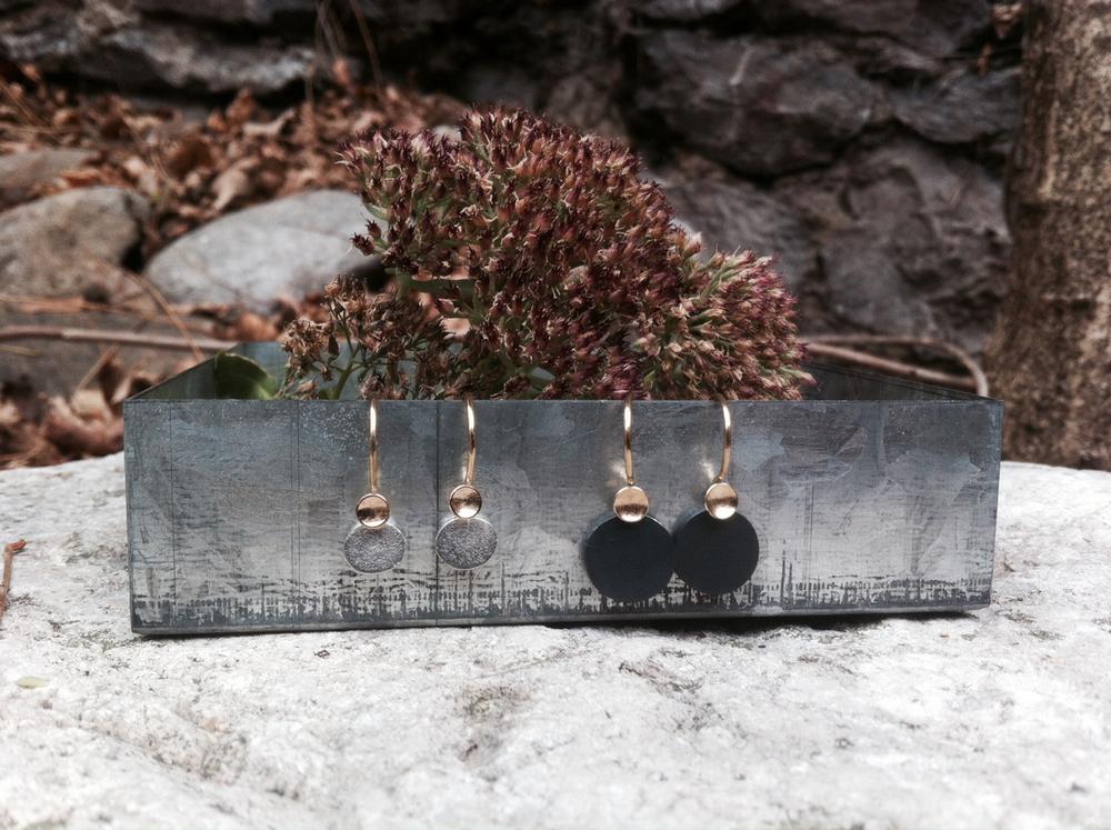 Boucles d'oreille en or et argent poli et argent oxydé (noir).