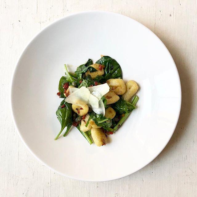 Bientôt l'heure de lunch || Almost lunch time [3 services ; 24$] 🍝 🌱🍽 . . . #ikanosmtl #menumidi #gnocchis #greekmoderncuisine #foodiesmtl #vieuxmtl #oldport #chefstalk #mtleats