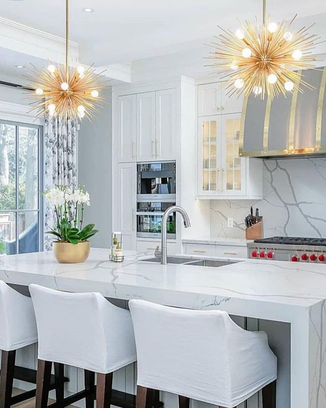 Gorgeous marble, clean white cabinets and on-point lighting. It's a YES from us! 🤩  #interiordecoratingideas #modernhomedecor #kitchendesignideas #kitchengoals #kitchenideas  Via @marcyroth
