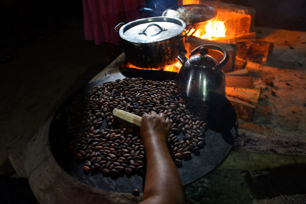Roasting cacao, Belize