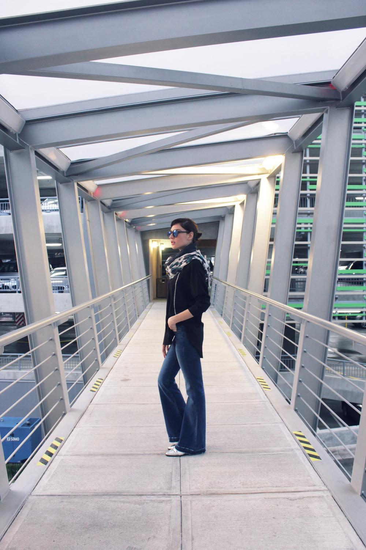 Jeans Flare + Blusa + Fular + Gafas: MANGO