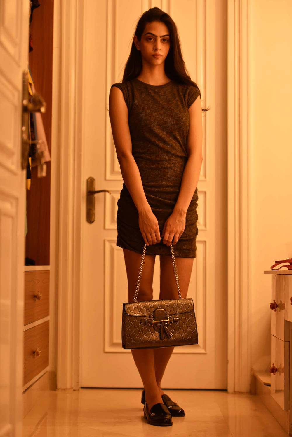 An evening wear look: a basic sheath dress with a Gucci evening bag and Chanel loafers. Model: Mannat Dhaliwal, Image©sourcingstyle.com
