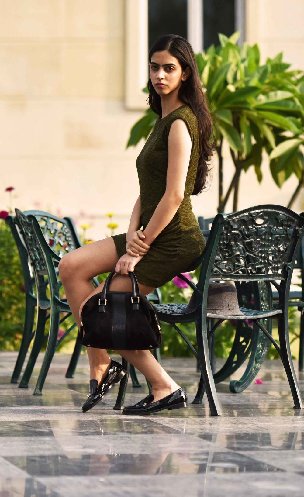 A semi formal look: a basic sheath dress with a black Gucci bag and Chanel loafers. Model: Mannat Dhaliwal, Image©sourcingstyle.com