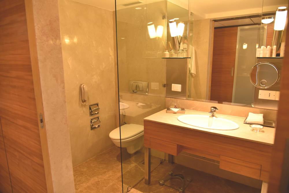 Big restrooms in Business Class room, Radisson Hotel, Ranchi. Image©sourcingstyle.com