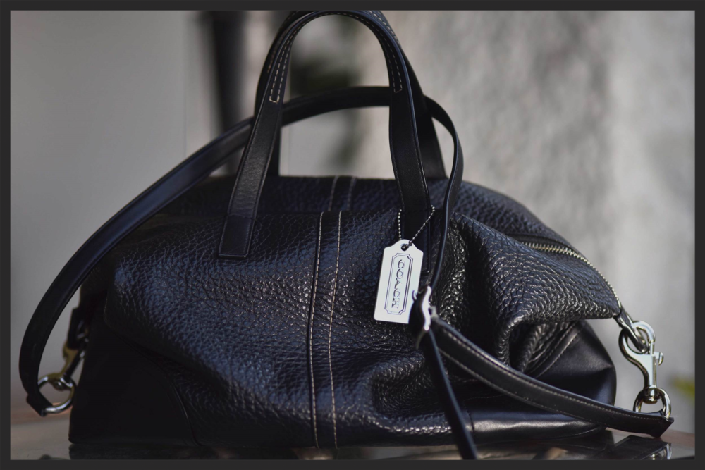 My #Coachsatchel makes the perfect travel bag for long-haul flights! Image©sourcingstyle.com