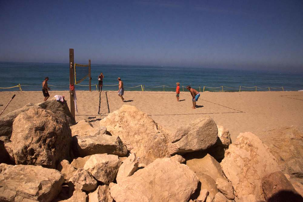 People playing throwball at the beach, a sunny beach day. Encinitas to L.A. by train. Image©gunjanvirk