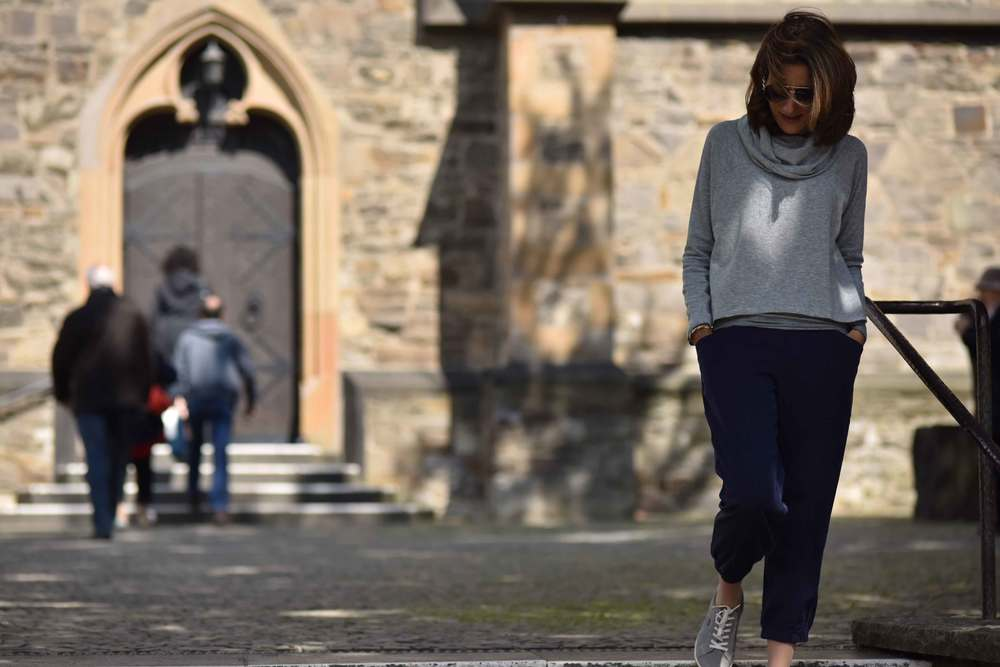 Church vibes, Ratingen, Germany. Eileen Fisher Cropped Tapered Lightweight Tencel Twill Pants in Midnight, Eileen Fisher Funnel Neck Drapey Tencel Terry Cropped Top in Moon. Image©sourcingstyle.com, Photo: Nicola Nolting