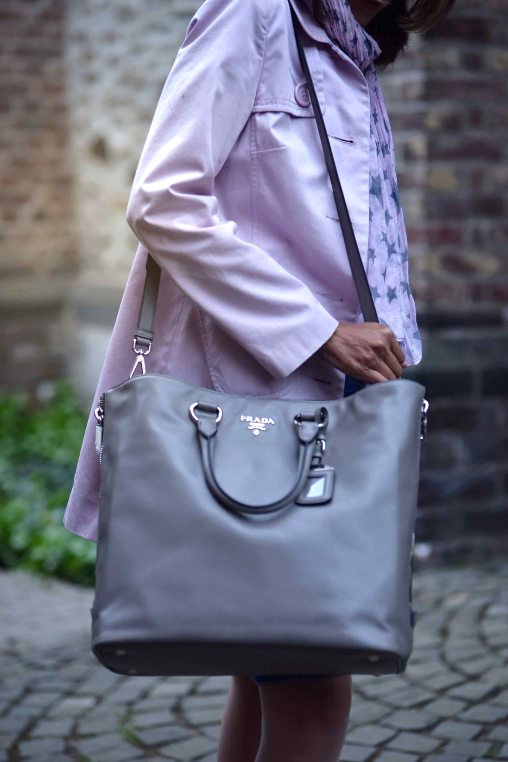 Pink trench, Ralph Lauren white tee, star scarf, Prada tote, Gucci sunglasses. Photo: Nicola Nolting, Image©sourcingstyle.com
