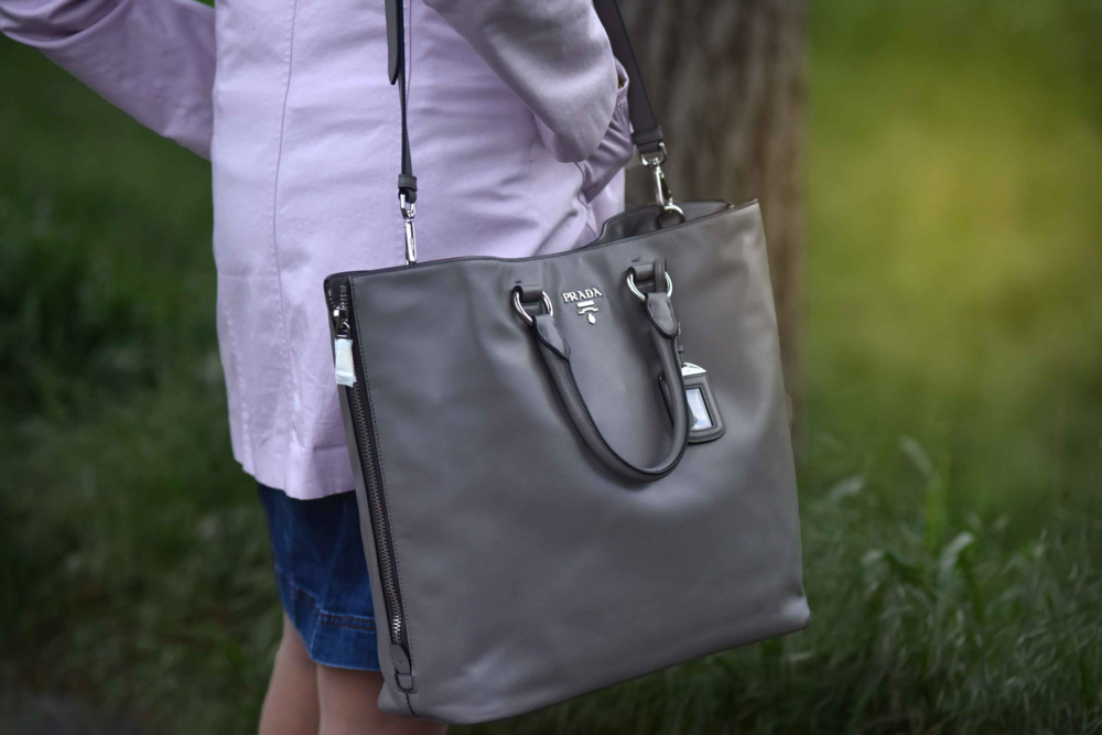 Prada tote in argilla color, Photo: Nicola Nolting, Image©sourcingstyle.com