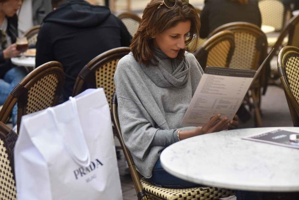 Café-Pizzeria Staccato,Jjill cashmere kimono sweater, Jill cashmere infinity scarf, Designer Outlet Roermond, Netherlands. Photo: Nicola Nolting, image©sourcingstyle.com