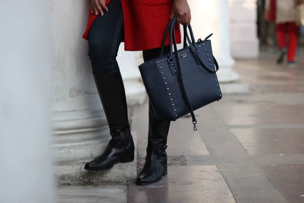 Navy Michael Kors bag, black boots, Christmas outfit ideas. Photo: Infinito Photography. Image©sourcingstyle.com
