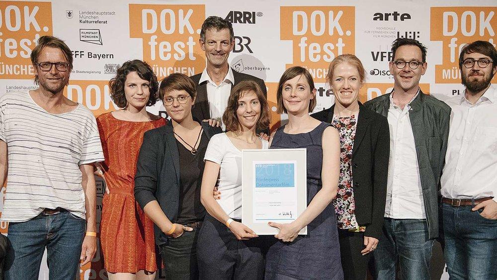 """Foto: ©DOK.fest München  Aus der Jurybegründung:"""" Der FFF Förderpreis Dokumentarfilm 2018 geht an eine Regisseurin, die in ihrem ambitionierten Projekt großes erzählerisches Talent beweist und einer kühnen visuellen Vision folgt. Der Versuch,Alltagsgeschehen dokumentarisch einzufangen und mit einer fiktionalen Erzählstruktur zu verbinden,ist ihr mit großer atmosphärischer Dichte gelungen. Sie porträtiert Menschen lakonisch und humorvoll,ohne sie je bloßzustellen – eine Gratwanderung angesichts der Situationskomik, die sie in den unterschiedlichen Lebensformen in einem bayerischen Dorf entdeckt."""""""