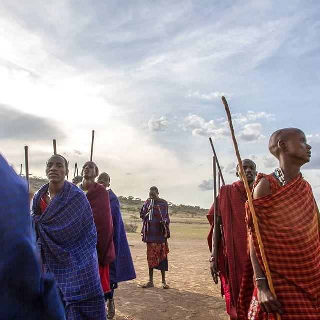 Ningún safari estaría completo sin una actividad cultural con las tribus locales. África tiene una infinidad de grupos étnicos, e interactuar con ellos es realmente una experiencia increíble.  En Ruta África ofrecemos un gran rango de actividades en este sentido, desde conocer una aldea local y ver como viven los africanos de hoy,hasta sumergirse en las raíces ancestrales de estos pueblos e interactuar con tribus remotas, tales como losMaasai. 🌍 . . #rutaafrica #africa #tanzania #ngorongoro #tribe #masai #culture #travel #photography #vacations #jump #ethic #native #roots