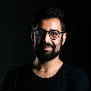 KRISTYAN SARKIS  Mestre em Tipologia e Mídia (KABK, 2010). Ele foi premiado com o Certificado de Excelência em Design de Fontes do TDC (2011 e 2012), Atypl's Letter2 (2011) e Granshan (2012). Em 2015, juntamente com a Typotheque, inaugurou o estúdio de design e fundição de fontes arábicas TPTQ.