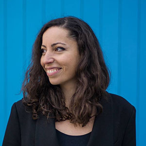 LARA CAPTAN  Ensinou design e tipografia na Universidade Americana de Beirut até se mudar para a Holanda, onde se tornou estagiária na DecoType's ACE tecnologia para fontes arábicas. Agora ela trabalha em uma família tipográfica arábica que está sendo desenvolvida pela ACE, como o apoio do Fundo Industrial Criativo NL.
