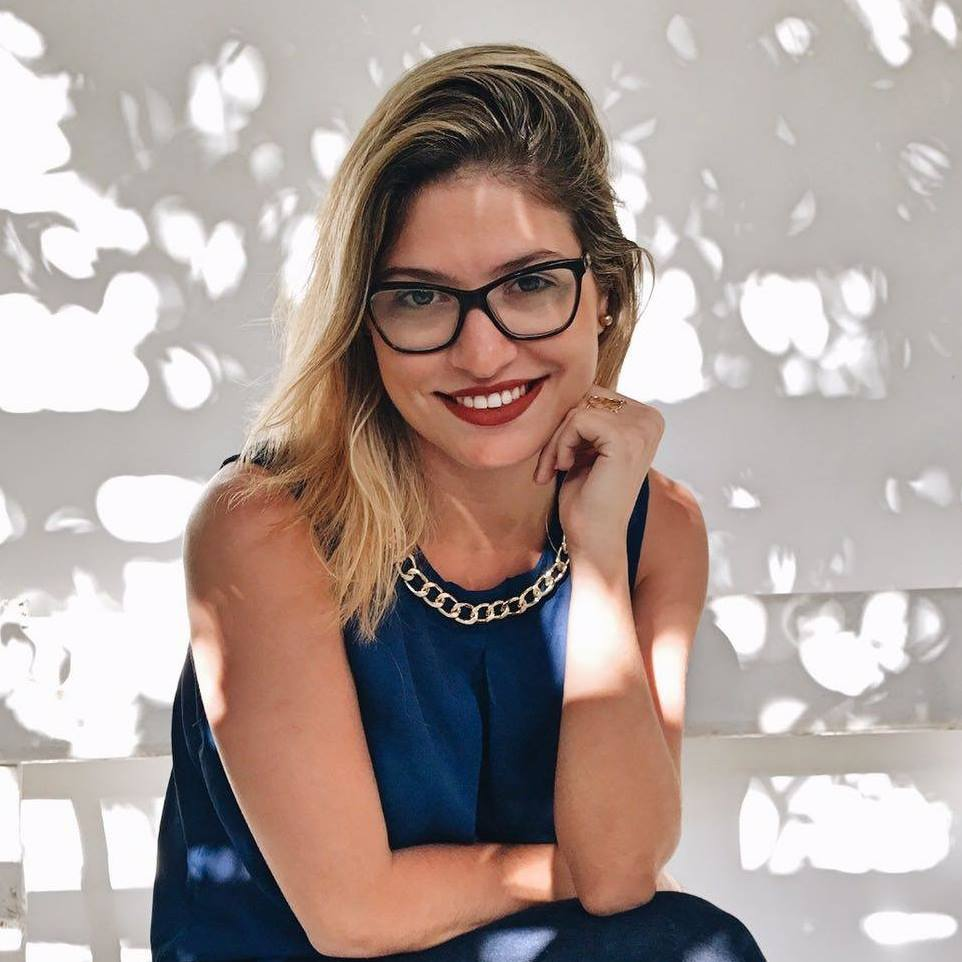 ROANA REBOREDO  Formada em jornalismo pela PUC-Rio, especialista em Marketing Digital pela FACHA com MBA em Gestão de Negócios pelo IBMEC. Já atuou nas áreas de comunicação, marketing, inovação e tecnologia. Atualmente trabalha como consultora de marketing, negócios digitais e inovação.