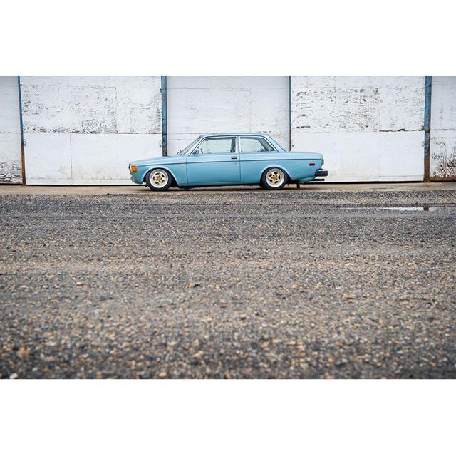 👀 _______________________________ #volvo #volvo140 #volvo142 #stanceworks #drivetastefully #carsandcameras #carscarscars #cars #collectorcars #swedishmetal #swedespeed #turbobricks #volvospeed #volvostance #volvolife #gotti #gottiwheels #j55b #gottij55b  #carsandcoffee #carlooknet #dupontregistry #cargramm #luxurylife