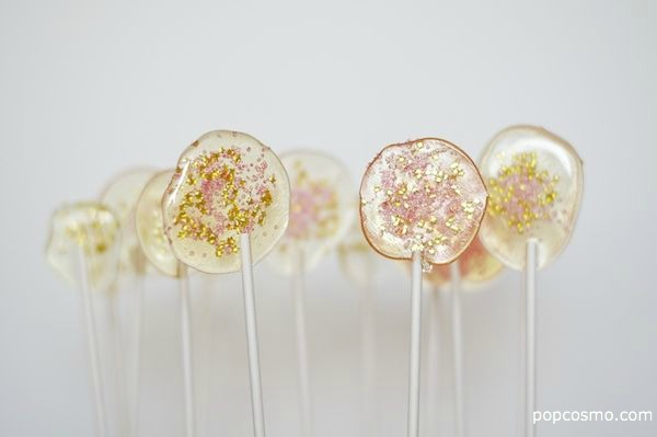 How To Make Glitter Lollipops That Your Guests Will Love