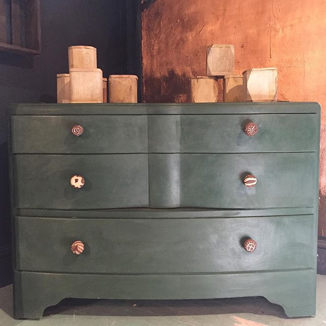 We're going autumnal with Amsterdam Green and copper leaf. This lovely chest of drawers with Vegetable Ivory handles is available at the shop. Pop down and take a look! #anniesloan #anniesloanchalkpaint #amsterdamgreen #copperleaf #chestofdrawers