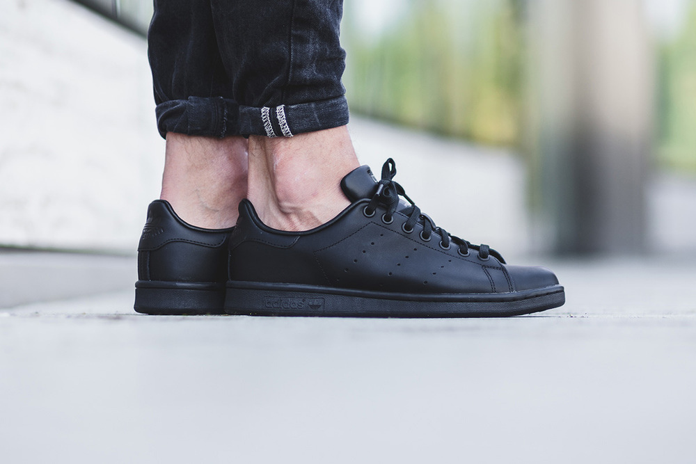 stan smiths all black 1.jpg