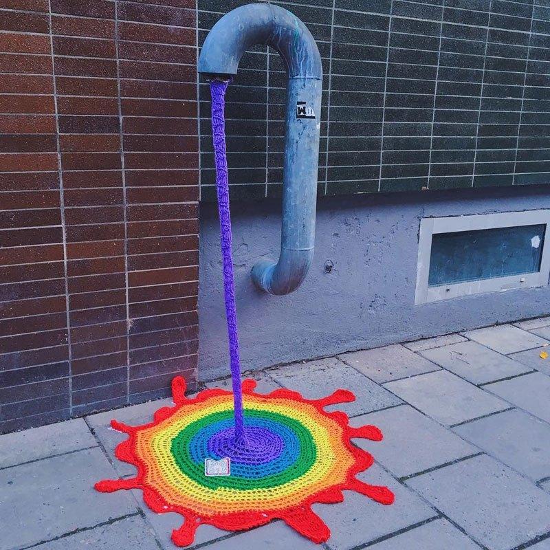 Julia-Riordan-Stockholm-yarnbombing-art-2.jpg