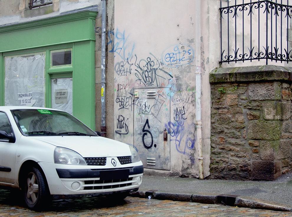 Artist-trolls-graffiti-taggers-3.jpg