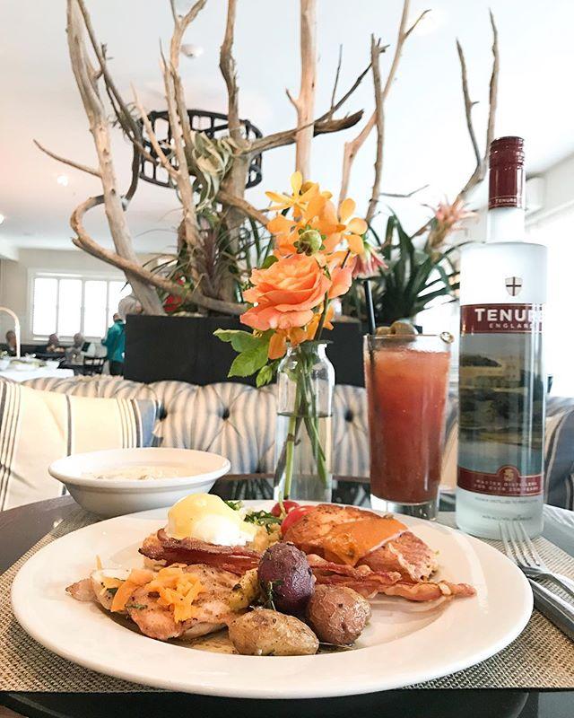 The best brunch ever thanks to our friends at @winnetu.mv 🥂 and the best cocktails by @tenureengland! #mvfoodandwine #marthasvineyard #brunch #SundayBrunch #BloodyMary
