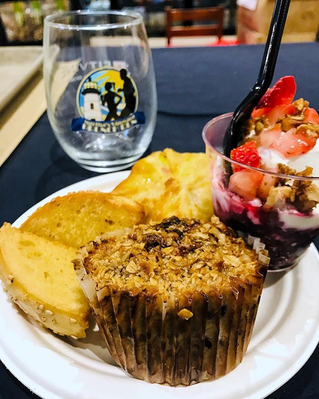 After the runners ran the 5k and 10k, they were also rewarded with a brunch catered by @katamageneral 🍽 on the menu: baked oatmeal, egg and vegetable pastries, bagels, pumpkin bread, fruit and granola parfaits, and even chicken noodle soup! Thanks KGS team ❤ #mvfoodandwine #marthasvineyard #brunch #edgartown #run #5k #10k