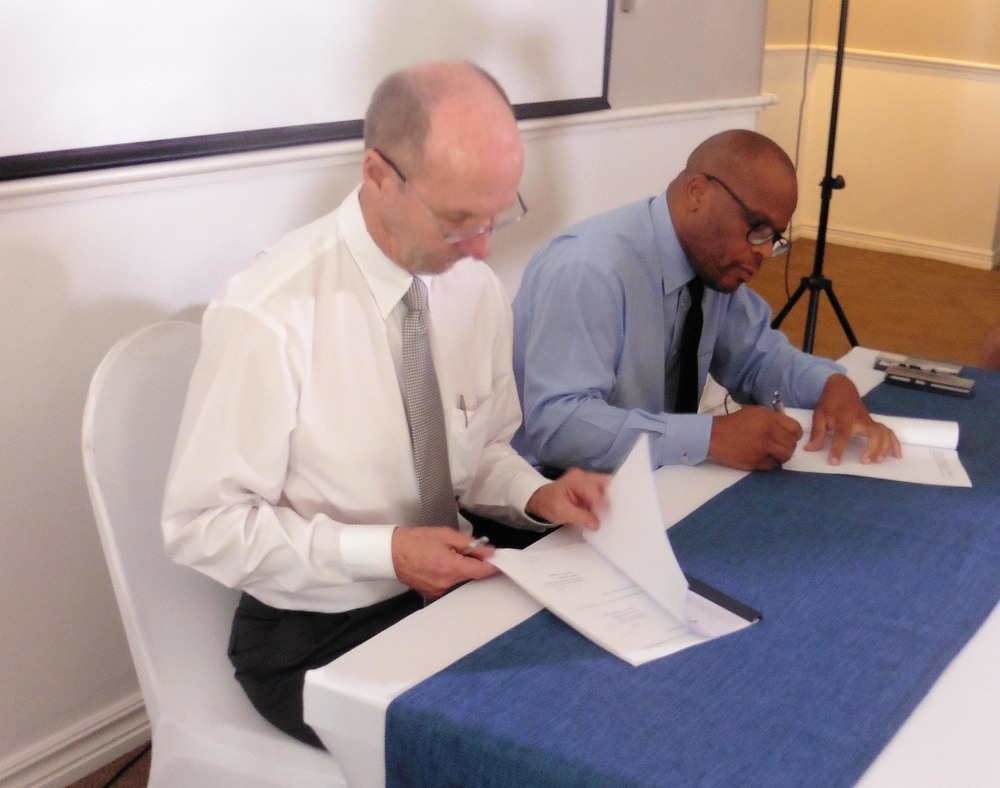 Colin Rice, President of the BWA and Lungile Dhlamini, Managing Director of Johannesburg Water signing the MOU at the Bryanston Country Club on 3 February 2016.