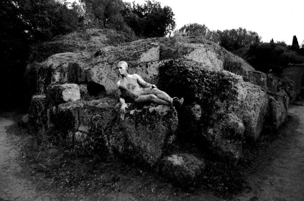 Foto 50 a - - Numina, 2000, prove, Giuseppe sarcofago.jpg