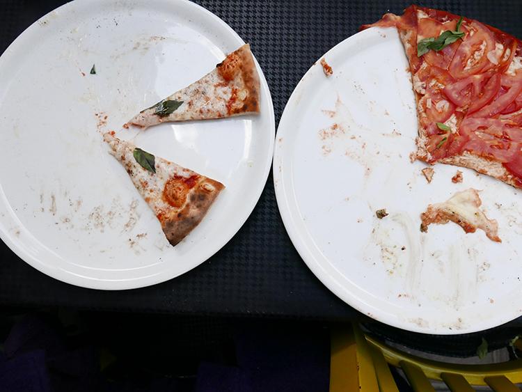 Esperando y comiendo las pizzas de los demás pizzaiolos
