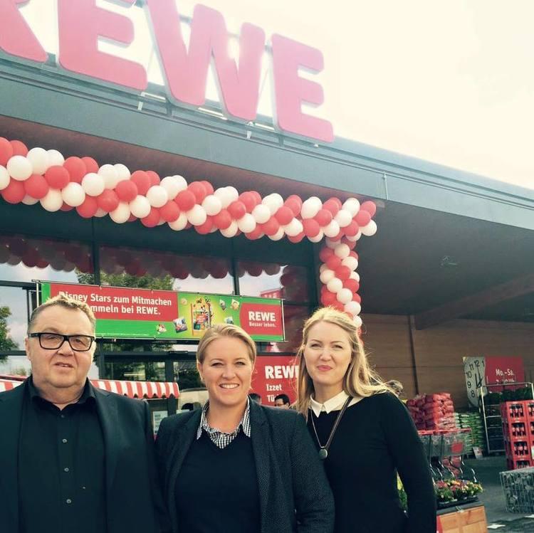 Thomas Wirth, Vera Wirth und Pia Wirth vor der REWE Eröffnung in Altusried